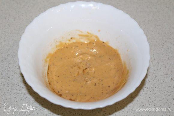 Для соуса: смешать горчицу, мед, соевый соус и соль по вкусу. Замариновать кусочки курицы, а так же кружки баклажанов на 30 минут.
