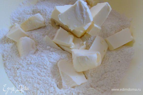 Муку с разрыхлителем просеять, добавить порезанное кусочками сливочное масло и перебить ножом в крошку.