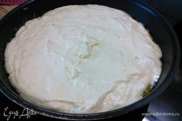 Выложить тесто на апельсины, разровнять.