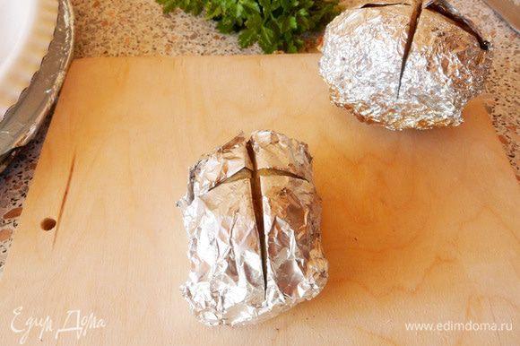 Надрезаем картофель в фольге крестообразно, примерно до середины.