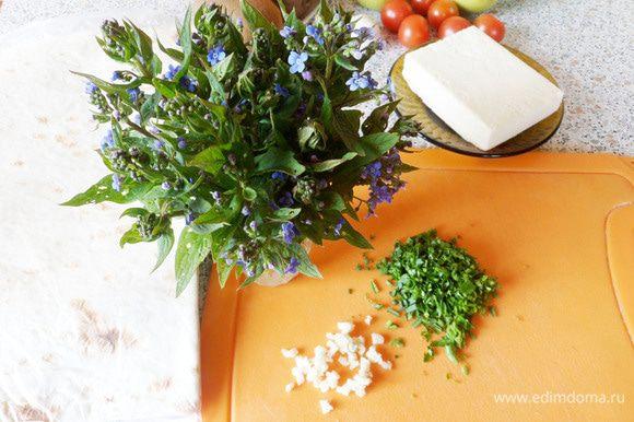 Пока картофель варится, приготовить начинку. Измельчить чеснок и любую зелень (у меня укроп с петрушкой).