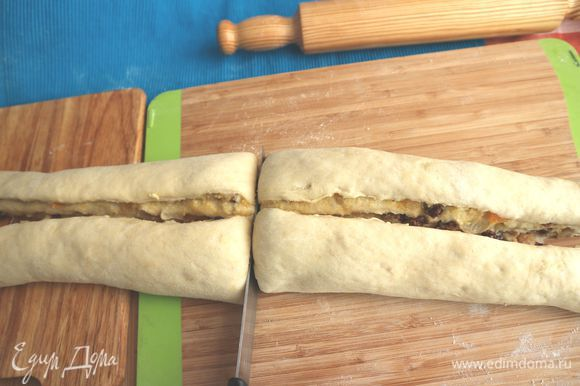 Разрезать тесто на две части по длине и затем по ширине.