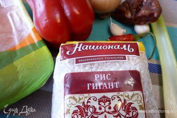 Подготовим продукты для джамбалайи. Каджунская кухня неприхотлива. Очень часто это перец, сельдерей, лук.