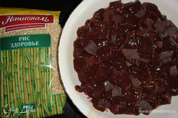 Как только отправили основу в духовку приступаем к начинке. Печень хорошо промыть, дать стечь жидкости и нарезать небольшими кубиками.