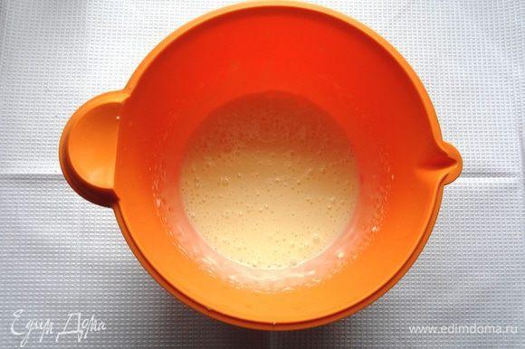 Взбивая, ввести частями сгущенное молоко.