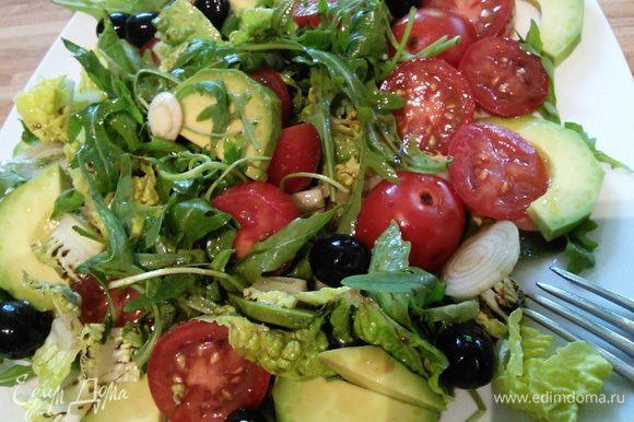 Помидоры и авокадо очистить и нарезать произвольно. Смешать с руколой. Добавить горсть маслин и заправить дрессингом из бальзамического уксуса и оливкового масла. По желанию можно добавить лучок. Посолить и поперчить по вкусу. Салат выложить порционно на тарелки.
