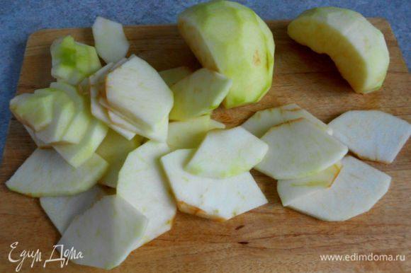 Очистить их от кожуры и сердцевины, нарезать четвертинками, затем — пластинами.