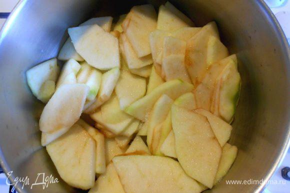 Положить их в кастрюлю, добавить сахар, немного воды и готовить на маленьком огне несколько минут. Они должны стать чуть мягче, но сохранить форму. Духовку разогреть до 200°С.