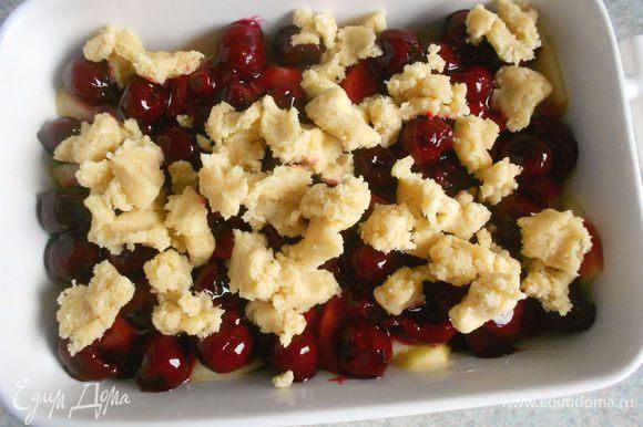 Охлажденное тесто крупно раскрошить руками на фрукты, не придавливая кусочки.