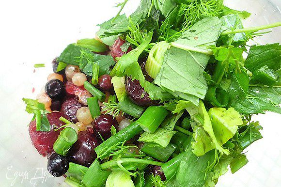 Укладываем ягоды и зелень в чашу блендера и пюрируем до кремообразной массы, добавляем сок лимона, мед, солим и перчим по вкусу.