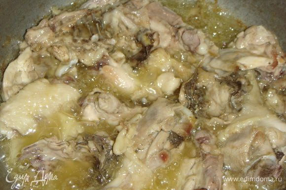 Казан нагреть, влить подсолнечное масло и выложить курицу. Обжарить ее на сильном огне до легкого золотистого цвета.