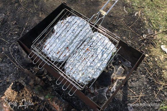Выложите завернутую в фольгу чиабатту на решетку-гриль и готовьте на открытом огне по 3-4 минуты каждую сторону.
