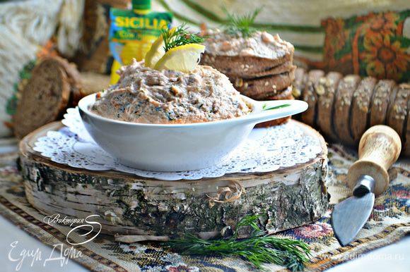Выложите готовый мусс в пиалы или креманки, немного охладите и подавайте к столу со свежим хлебом, тостами, хлебцами, крекерами или хлебными палочками. Приятно вам аппетита!