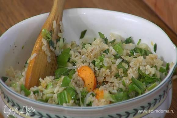 Переложить салат на блюдо и посыпать фисташками.