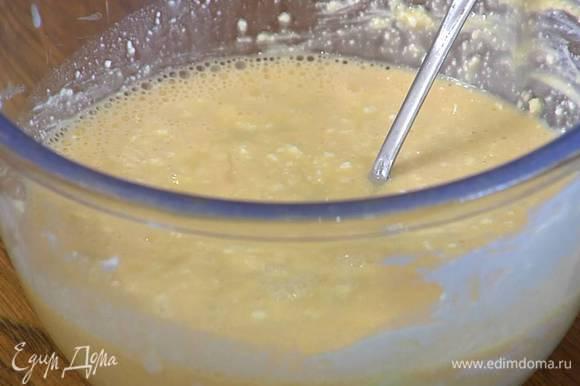 Творог со сливочным сыром растереть ложкой и перемешать с яично-сахарной массой, затем влить растопленный шоколад со сливками и взбить все блендером с насадкой-венчиком.