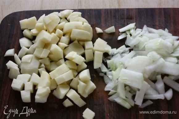 Лук очистить, порубить. Картофель очистить, вымыть и нарезать кубиками.