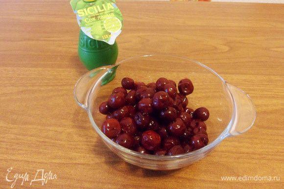 Ягоды вишни перебрать, промыть. Удалить косточки. Мороженые ягоды разморозить.