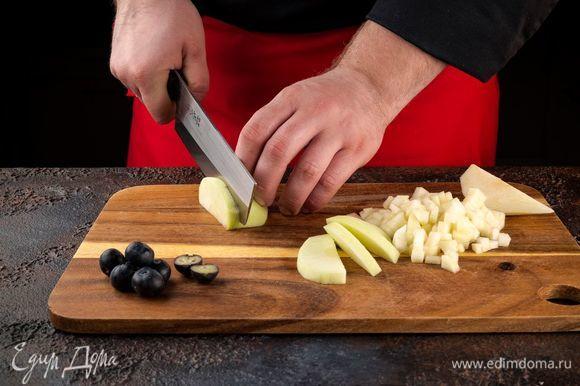 Ягоды и фрукты хорошо вымойте и обсушите. Яблоки и груши нарежьте кубиками.