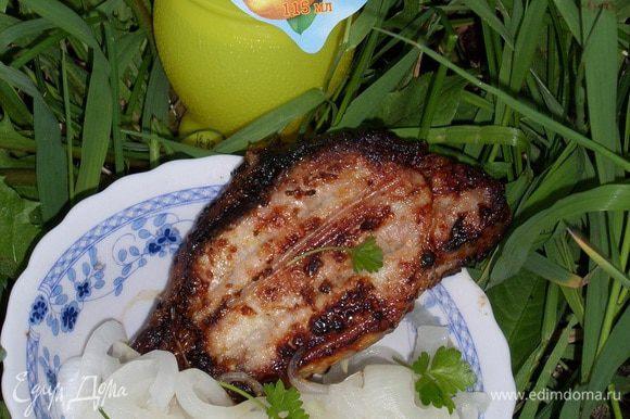 Подаем лимонный лук к мясу или рыбе. Приятного аппетита!