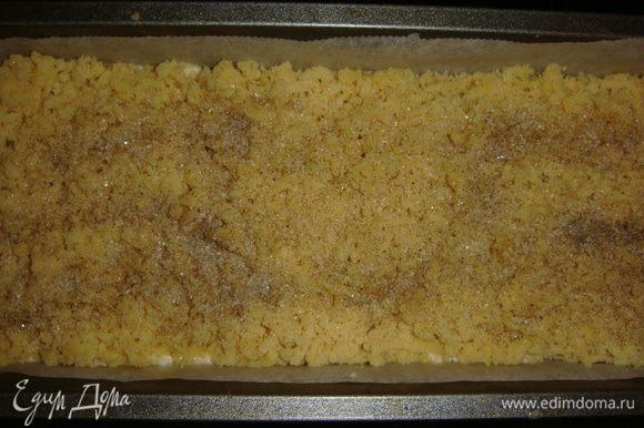 Сверху натереть замороженную часть теста и посыпать коричневым сахаром. Выпекать в разогретой до 180°С духовке 30 минут.