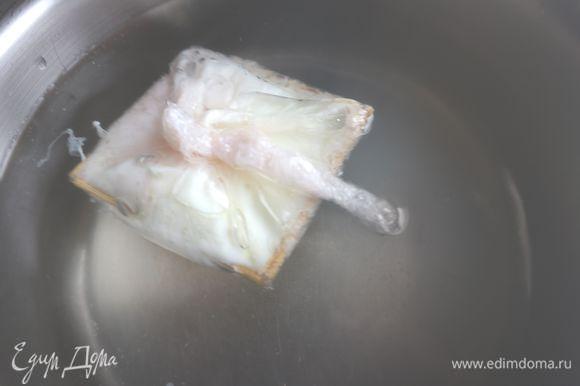Оставить в воде на 3 минуты на очень слабом огне, почти без кипения, накрыть крышкой. Аккуратно вынуть яйцо из кастрюли и поместить в холодную подсоленную воду и тут же слить ее.