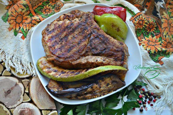 Подавайте готовое мясо с обжаренными овощами. Мясо получилось настолько вкусным и сочным, что даже соус не понадобился.