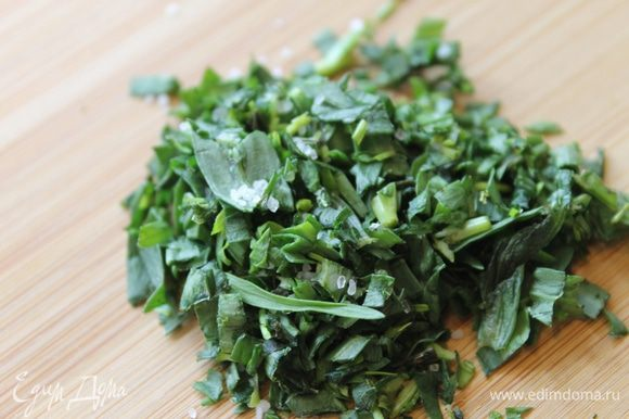 У вас есть время приготовить соус к рыбке. Оборвите листочки с веточек тархуна и мелко нарежьте. Добавьте к зелени щепотку соли и в ступке разотрите в кашицу, но без особых усилий.