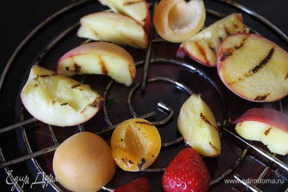 Нарежьте фрукты произвольными ломтиками, но не очень мелко. Кисточкой нанесите на фрукты немного жидкого меда и разложите на решетку гриля.