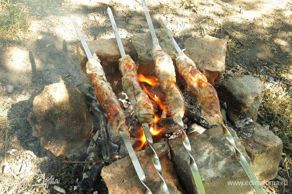 Обжариваем на среднем огне, даем сетке вытопиться.
