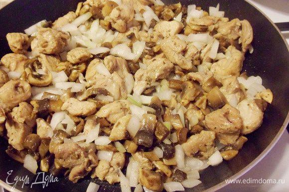 Перемешать, добавить соль, перец и жарить до готовности.