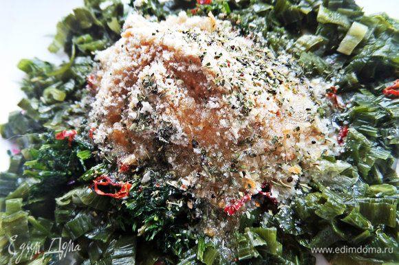 Добавить базилик, ложку масла и воду, хотя для размороженной зелени ее не надо.