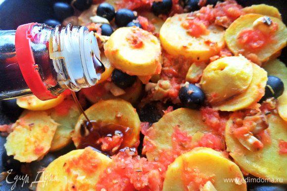 Вернемся к гарниру-картошке. Я влила ложку соевого соуса вместо соли, но в оригинале его не было.
