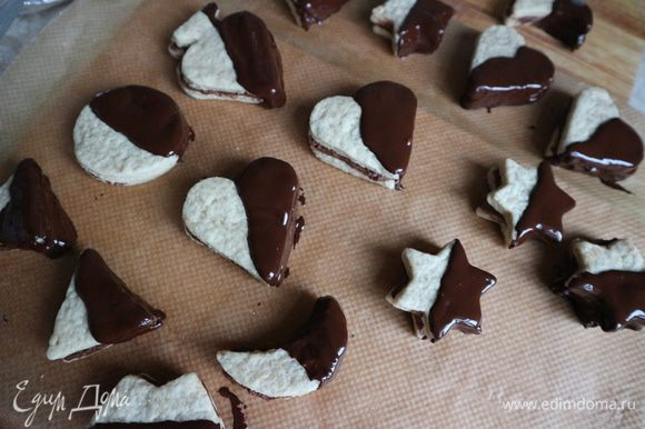 Шоколад растопить на водяной бане. Смазать половину верхней части и половину боковой стороны растопленным шоколадом с помощью ложки. Дать обсохнуть.