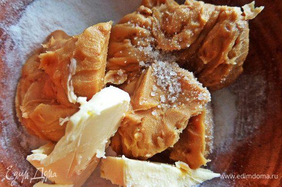 Для верха смешать мягкое масло, арахисовую пасту (у меня 4 ложки с горкой), пудру и ваниль.