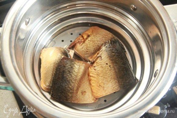 Рыбку нарезать на кусочки, отварить на пару минут 5-7.
