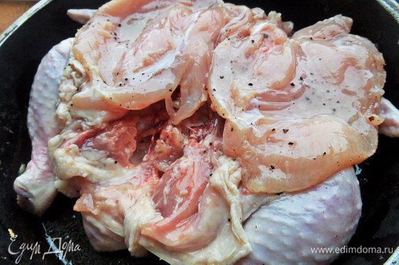 Когда сковорода нагреется, положить промаринованную курочку кожей вниз, сверху придумать тяжелый груз. Например, плоская тарелка и сверху полный чайник.