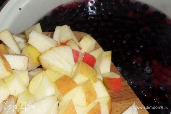 Закладываем нарезанные яблоки.
