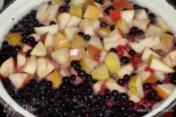 Ягоды и яблоки доводим до кипения.