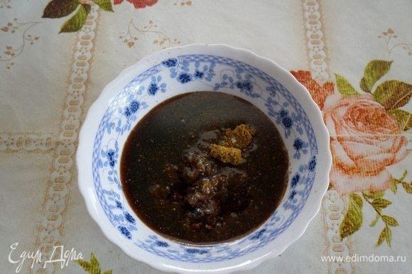 В чашку выкладываем чеснок, соль, карри. Добавляем растительное масло и соевый соус.