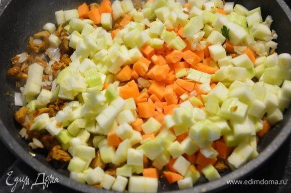Добавить морковь, кабачки, чеснок, жарить еще минуты 2-3.