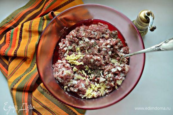 Соединить мясной фарш с луком, чесноком и специями, хорошо перемешать, накрыть пищевой пленкой и поставить в холодильник.
