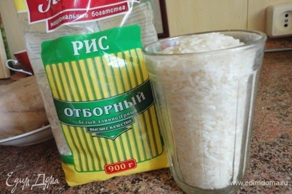 Рис Отборный ТМ «Националь» промыть, дать стечь воде и добавить к луку. Помешивая, дать рису возможность впитать масло в течение 3 минут.