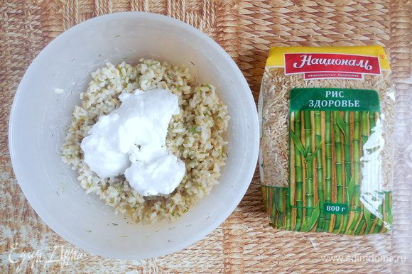 Аккуратно вмешать в рисовую массу ½ белка, перемешивая снизу вверх.