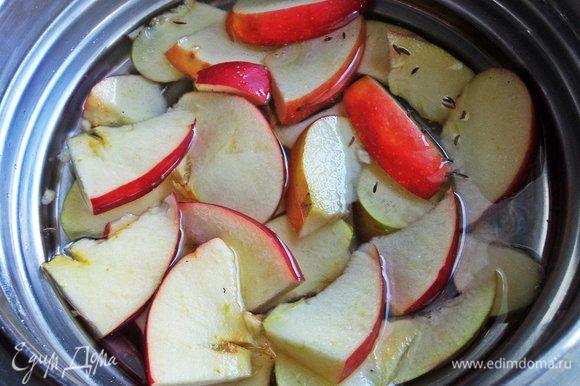 Сварить яблочный компот около 5 минут. Выключить, дать настояться до теплого состояния.