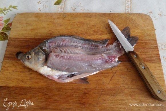 Пока варится рис, с очищенной рыбы снимаем филе.