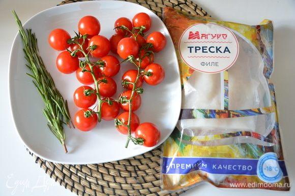 Подготовить ингредиенты: рыбу разморозить, помидоры и зелень помыть.