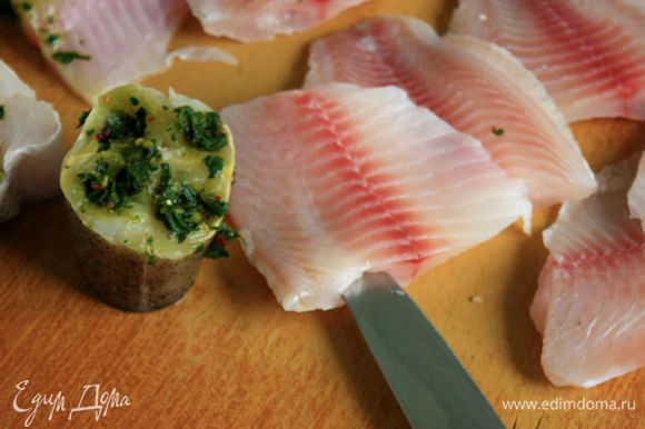 В кусках рыбы ножом сделать надрезы параллельно хребту.