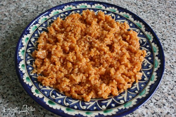 Сервировать рис на большое блюдо или сразу на порционные тарелки.