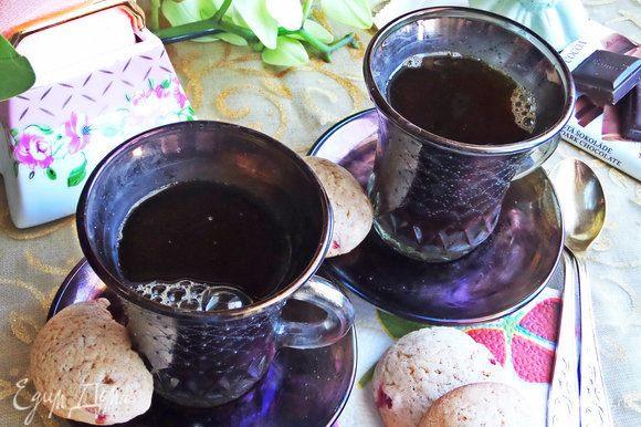 Разлить кофе по чашкам, но не до краев.