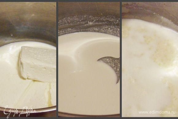 В кастрюлю с толстым дном (в идеале — казан) положить творог, налить молоко и ряженку. Тщательно перемешать. Варить на среднем огне. Вскоре смесь начнет створаживаться.